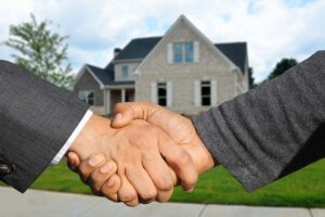 A handshake with a realtor who can help you with buying a dream home in Virginia.